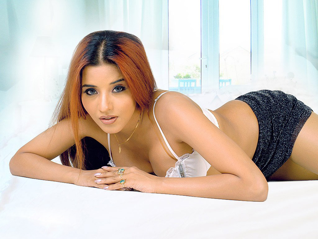 Bhojpuri actress monalisa hot and unseen photos | Welcomenri